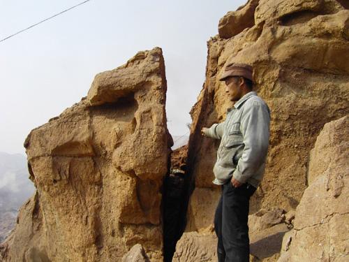 西固区 险 百吨巨石悬于住户头顶