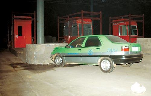 """一辆西宁驶往兰州的绿色""""富康"""