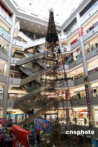 这棵圣诞树高36米,直径10米,钢结构16吨,是目前世界上最高的室内圣诞