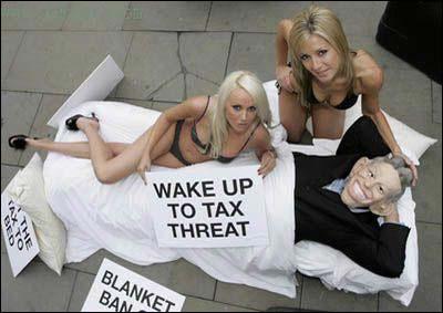 比基尼女郎同布莱尔模型躺在床上表达抗议图