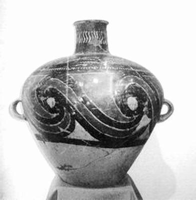 装饰题材也更加广泛,四方连续图案和锯齿纹已成为彩陶的主要特征.