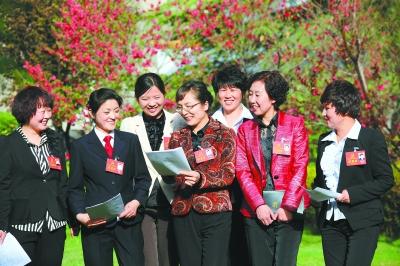 出席省第十二次党代会的庆阳代表团女代表在会场外热议报告