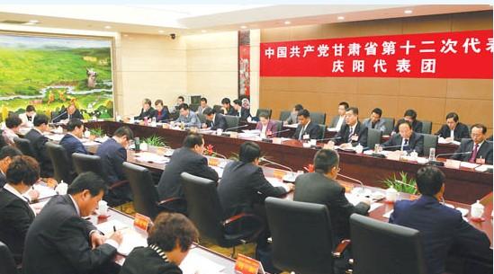 出席省第十二次党代会的庆阳代表团在认真讨论报告(图)