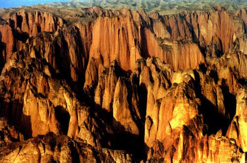 黄河石林风景旅游区位于甘肃省白银市景泰县境内东南部,距县城70