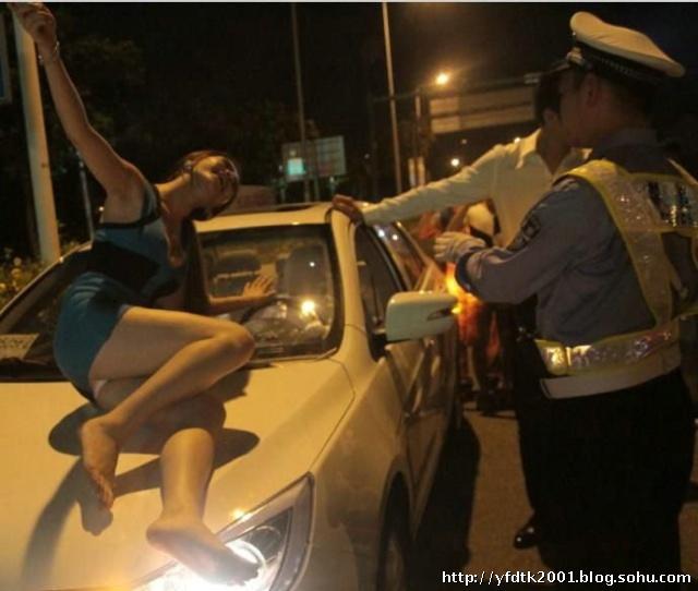 美女酒后失态胸袭交警