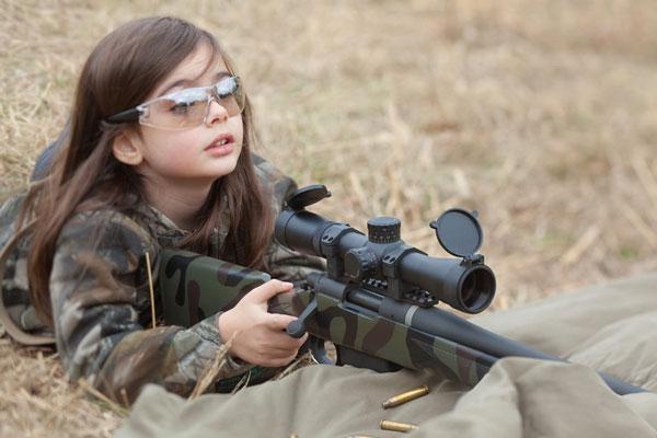 五岁萝莉持枪照英姿飒爽
