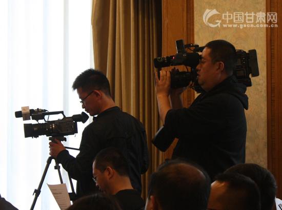 记者在发布会现场进行拍摄