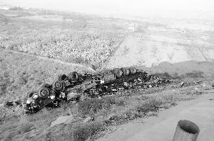 青兰高速一货车失控翻侧翻 一人身亡