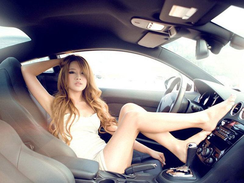 金发性感美女+车内演绎黑白彩色混搭风