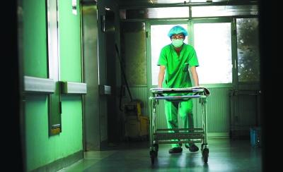摄影报道:ICU里的男护士