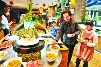 兰州市民在兰州一家自助餐厅用餐/图