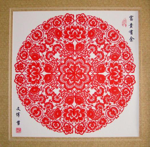 """""""团花云子""""是在窗户中间贴一圆形或菱形团花,俗称""""窗心"""",四角镶三角形花,类似角隅纹样,称为""""窗角"""",""""角云""""或""""云子"""",空余的地方随意点缀一些小幅窗花,叫做""""小花""""或""""散朵子""""。团花剪纸手法多变,有对折、四折、六折、八折之分,大多以传统图案为主。如""""凤戏牡丹""""、""""富贵有余""""、""""事"""