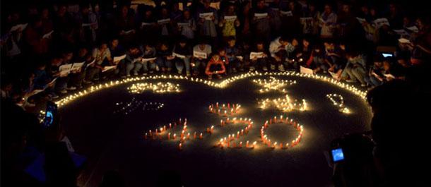 甘肃高校学生为四川雅安地震灾区祈福(高清组图)