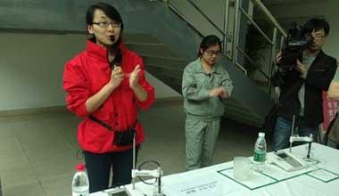 农夫山泉邀请媒体探访工厂 现场做PH值实验