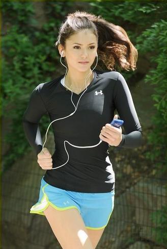 《吸血鬼日记》女主角变身跑步达人