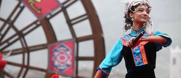 汶川青年跳羊皮鼓舞欢庆羌历年