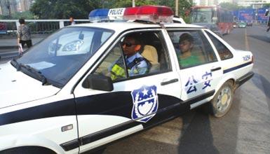 兰州交警为考生护航