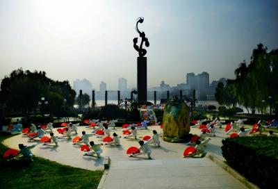 甘工委纪念馆和一批区域文化雕塑群等具有代表性的人文景观,展现丝路