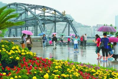 游客在兰州黄河铁桥前游玩拍照