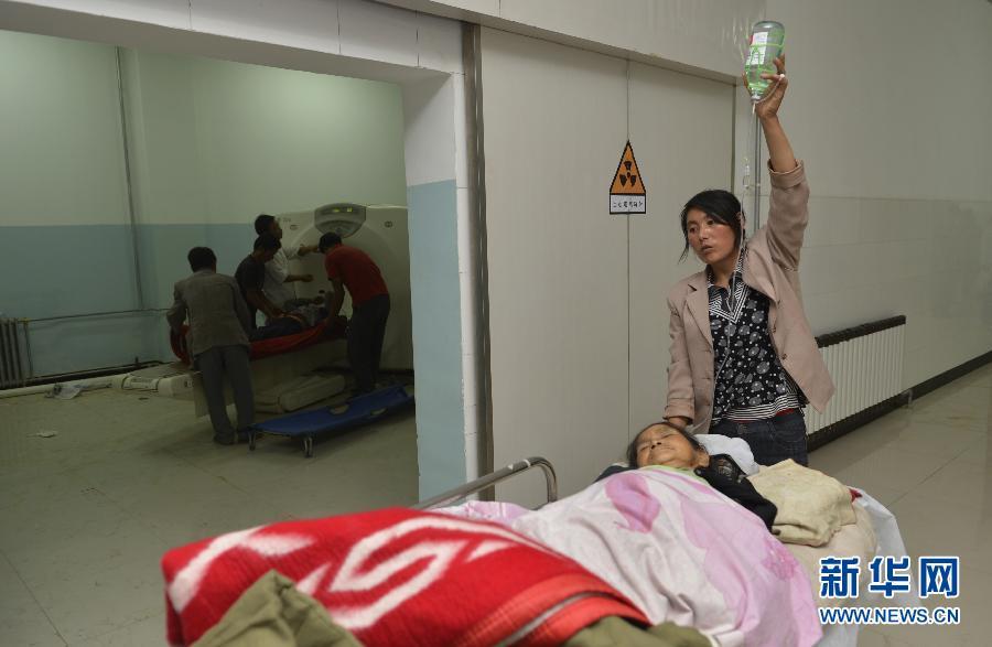 岷县 地震/7月22日晚,受伤的群众在岷县医院接受治疗。