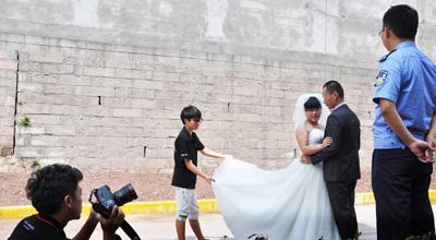 重庆监狱组织服刑人员高墙内拍婚纱照迎七夕