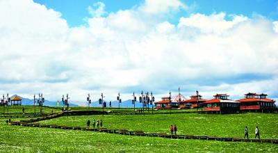 游客在张掖康乐草原观光