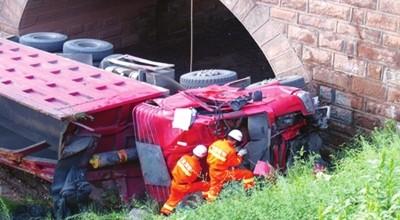 兰州:卡车坠落河沟