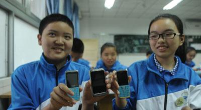 男子为儿子学校捐赠普通手机 呼吁学习期暂弃智能机