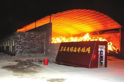 火借风势冲出七八米高的砖墙向外翻滚
