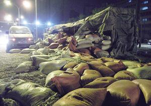 兰州:车翻了30多吨蚕豆撒了(图)