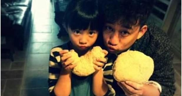 黄磊与爱女齐下厨房烤面包 被赞中国好爸爸(图)