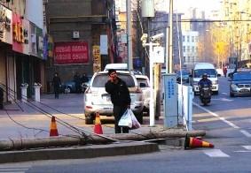 电杆倒地堵路