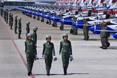 中国歼击机女飞行员队伍庞大 帅气亮相