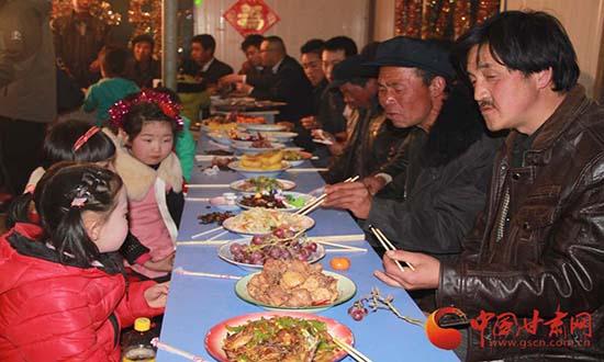 甘肃岷县灾区人民吃上了特殊年夜饭