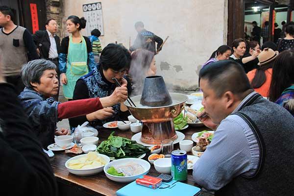 一家人围坐在火锅旁吃团圆饭