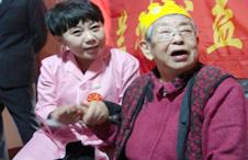 公益心志愿者为老年公寓老人过生日