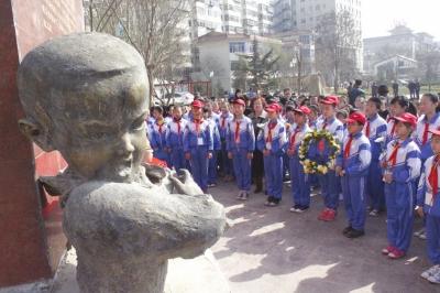 兰州:200师生瞻仰舍己救人英雄苏成雕塑(图)