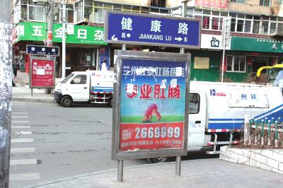 街头立体广告牌凌乱视觉污染严重
