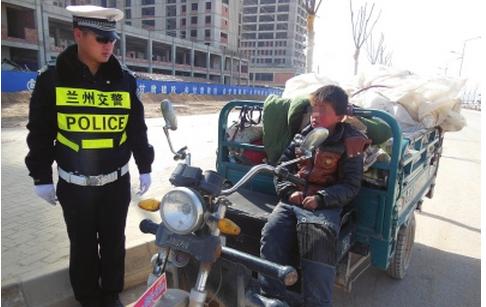 9岁小男孩独自驾驶三轮车拉运废品