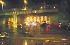 暴雨突袭兰州多路段积水车辆拥堵
