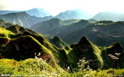 陇南西和八峰崖 丹霞地貌上的神秘石龛