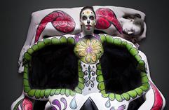美艺术家裸模打造创意人体彩绘骷髅头