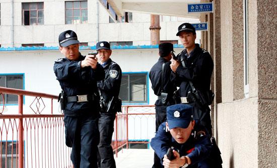 平凉崆峒公安武器警械专项训练铸精兵 反恐大队展身手(高清组图)
