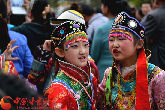 """张掖肃南裕固族传统文化点亮""""六一""""儿童节(图)"""