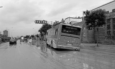 6月3日兰州突降暴雨 水漫金城(图)__中国甘肃