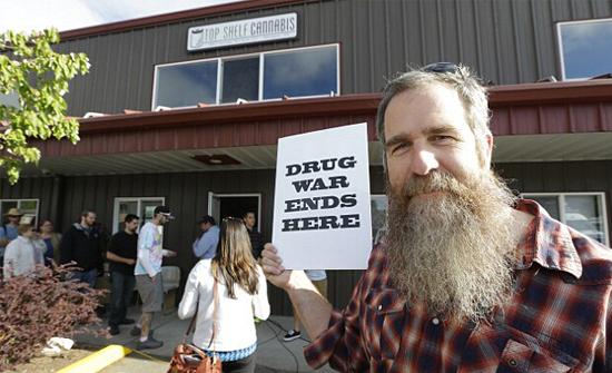 美华盛顿州大麻合法化 居民排队购买