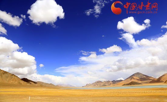 画卷一样的西藏有着灿烂的阳光、洁白的云朵、纯净的天空。
