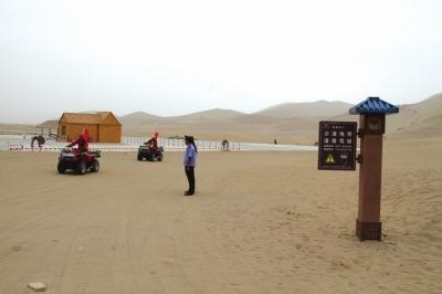 敦煌鸣沙山月牙泉风景区完成沙漠地带标识标牌安装图片