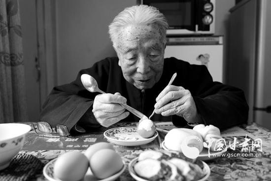 剥鸡蛋 练习双手的灵活性(图)