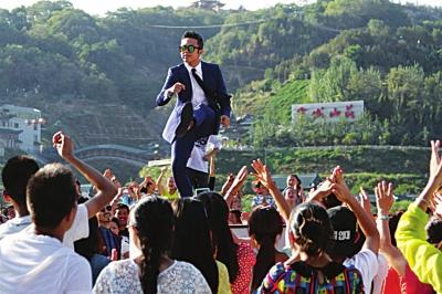 关注第23届金鸡百花电影节:邓超中山桥激情起舞 数千人一起摇摆/图